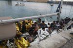 Barca a vela con 60 migranti trainata in porto a Crotone, molti i minori a bordo