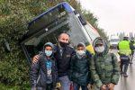 Autobus finisce in un fosso nel Modenese, poliziotto di Crucoli salva bimbi e conducenti