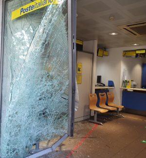 Tentata rapina alle poste di Messina, con un'auto sfondano la vetrata ed entrano: ma il bottino è magro