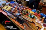 Armi e munizioni nascoste in casa e spaccio di droga, un arresto e due denunce a Siderno