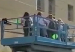Argentina, l'ospedale è blindato per il Covid, noleggiano una gru per salutare l'amica malata È successo a Buenos Aires e il video ha fatto il giro del mondo - Dalla Rete