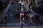 Giro d'Italia, il francese Demare vince la 6^ tappa Castrovillari-Matera: Almeida resta in rosa