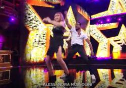 Ballando con le stelle, Alessandra Mussolini balla sulle note di «Non sono una signora» Il freestyle dell'ex europarlamentare in coppia con Maykel Fonts nel programma di Rai Uno - Corriere TV