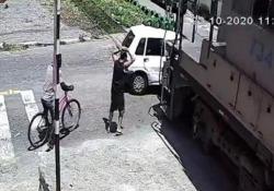 Brasile, l'auto resta bloccata sui binari e viene travolta dal treno merci in arrivo Il cinquantacinquenne alla guida dell'auto è rimasto illeso - CorriereTV