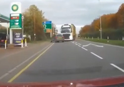 Camion invade la corsia opposta: urta un'auto ed evita per poco la seconda, incidente sfiorato E' successo sulla A505 a Duxford, nel Cambridgeshire - Dalla Rete