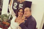 Maria Grazia Cucinotta festeggia i 25 anni di matrimonio in abito bianco