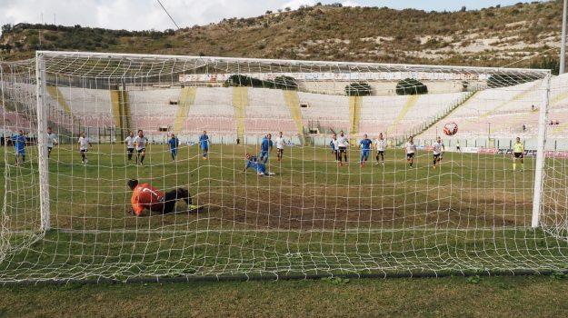 Un rigore di Caballero decide la stracittadina, l'Fc Messina batte e sorpassa l'Acr