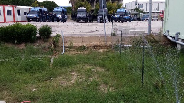 Ancora guerriglia dentro la tendopoli dei migranti a San Ferdinando: agenti colpiti dai sassi - Foto