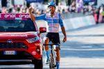Giro d'Italia, Dowsett vince l'ottava tappa in solitaria: Almeida difende la maglia rosa