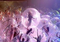 Flaming Lips: il concerto nelle bolle di plastica Un'idea originale per tornare a suonare nel rispetto delle normative anti-Covid-19 - CorriereTV