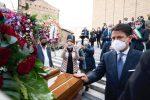 Jole Santelli, folla commossa ai funerali della governatrice: anche Conte presente per l'ultimo saluto