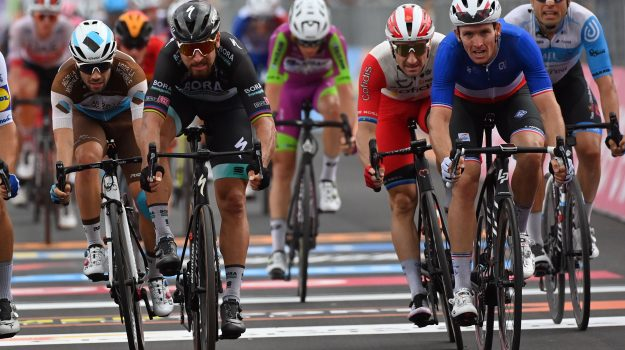 ciclismo, tappa, ArnaudDémare, Etienne Van Empel, Geraint Thomas, Joao Almeida, Luca Wackermann, Messina, Sicilia, Sport