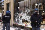 Protesta contro il Dpcm: corteo violento a Milano, guerriglia a Torino - Foto