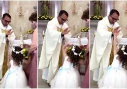 La bimba viene benedetta dal prete, e lei reagisce così La simpatica scena durante la celebrazione della prima comunione - CorriereTV