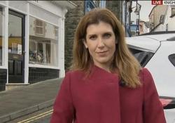 La reporter di Sky è in diretta, alle sue spalle un'auto in retromarcia la sfiora Becky Johnson era collegata con lo studio quando il conduttore l'ha avvertita della macchina che stava facendo manovra alle sue spalle - Corriere Tv