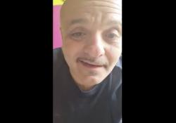 La risposta del comico Peppe Iodice a De Luca è esilarante: «Chiudere tutto? Ce lo dovevi dire con la lacrimuccia» Il controcanto al governatore campano è diventato un appuntamento fisso su Facebook - Corriere Tv