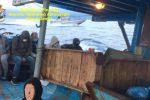 Nuovo sbarco di migranti a Crotone, sbarcati 73 extracomunitari. Fermati due scafisti