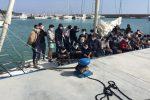 Migranti, nuovo arrivo a Roccella Jonica: 56 su una barca a vela