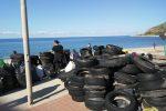 Giovani e adulti si sono rimboccati le maniche per ripulire il tratto di spiaggia