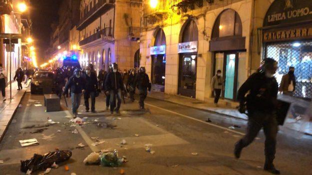 Tensione alta a Palermo nella protesta contro il Dpcm, fumogeni e bombe carta: ferito cameraman