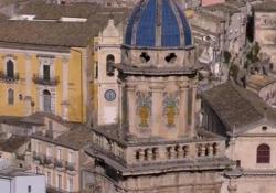 Ragusa, l'isola nell'isola tra arte e gioia di vivere Il documentario è un cammino dalle solide basi archeologiche, lungo 650 km, che attraversa tutta la Sicilia da ovest ad est - Corriere Tv