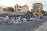 Rifiuti a Reggio, l'emergenza sembra senza fine: il capannone di Sambatello è pieno