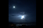 """A Messina la """"tempesta elettrica"""", i fulmini illuminano il cielo sopra la città"""