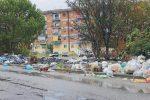 Cosenza, quintali di rifiuti in fiamme all'ultimo lotto di via Popilia