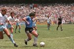 """Maradona """"Aquilone cosmico"""", il gol del secolo contro l'Inghilterra raccontato da Victor Hugo Morales"""