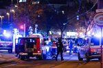 Terrore a Vienna, attentatore spara davanti alla sinagoga: morti e feriti