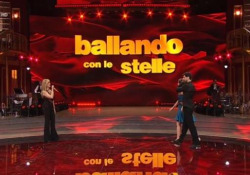 Ballando con le Stelle, Elisa Isoardi ancora con la caviglia fasciata: rinuncia alla prova speciale La decisione del maestro Todaro per non compromettere la gara - Ansa