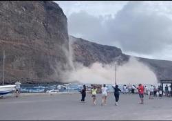 Canarie: crolla parte della scogliera. Paura in spiaggia a La Gomera Il drammatico incidente è avvenuto sabato pomeriggio sulla spiaggia di Argaga, nella popolare località di Valle Gran Rey - CorriereTV