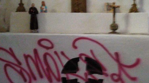 altare, castrovillari, chiesa, scritte sacrileghe, Gianni Donato, Cosenza, Calabria, Cronaca