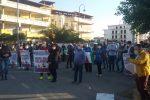Sanità in Calabria, monta la protesta a Cirò Marina: sindaci del Crotonese in sit-in