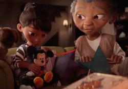 Disney, lo spot di Natale è commovente Il corto dura tre minuti e ha come protagonisti una nonna, la nipote e un peluche - Dalla Rete