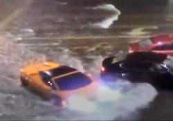 Florida, una Lamborghini sfida l'acqua alta e diventa un «sommergibile» Strade allagate a causa dal passaggio della tempeste tropicale Eta - Ansa