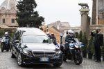 In una Roma silenziosa il funerale di Gigi Proietti, omaggio in Campidoglio