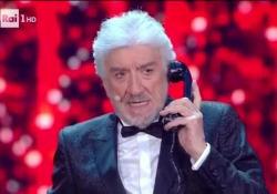 Gigi Proietti in uno dei suoi cavalli di battagli, «La telefonata» L'attore romano è uno dei più noti mattatori del teatro - Corriere Tv
