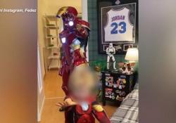 Halloween in casa Ferragnez: Fedez diventa Iron Man Il cantante si diverte con il figlio ma ha difficoltà a togliere l'armatura - Ansa