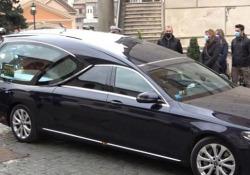 Il feretro di Gigi Proietti in Campidoglio per l'omaggio del Comune di Roma Il lungo corteo funebre dell' attore romano compie la sua prima tappa - Ansa
