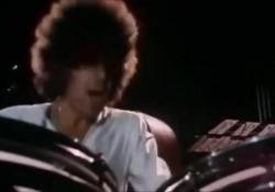 Il ricordo di Stefano D'Orazio con un suo assolo di batteria Le immagini sul riferiscono a un concerto dei Pooh del 1979 - Corriere TV
