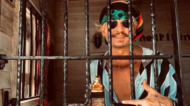 Johnny Depp, Sicilia, Società