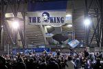 Maradona, l'omaggio dei tifosi del Napoli: in città sarà lutto cittadino, il suo nome allo stadio