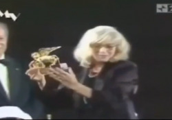 Monica Vitti, nel 1995 il Leone d'oro alla carriera: «Ora posso volare. Ho iniziato a 15anni, recitare è la mia vita» Le parole dell'attrice, omaggiata nel 1995, del premio della Mostra Internazionale d'Arte Cinematografica di Venezia - Corriere Tv