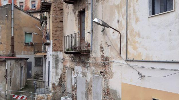 Maltempo, crolla un muro nel centro storico di Corigliano