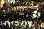 La marcia di protesta contro la zona rossa, in centinaia manifestano in corso Mazzini a Catanzaro