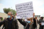 Calabria zona rossa e in lockdown, in 200 protestano davanti al palazzo della Regione