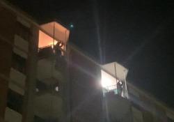 """Roma saluta Proietti: applausi dai balconi al Tufello, suo quartiere natale Un """"abbraccio virtuale"""" al grande attore romano scomparso il giorno del suo ottantesimo compleanno - Ansa"""
