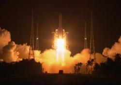 Sonda spaziale cinese decollata per la Luna: dovrà prelevare materiale roccioso di studio Dopo 40 anni un'altra nazione tenta di recuperare campioni dal nostro satellite naturale - Ansa