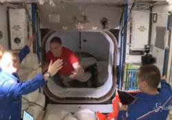 """Space X, l'equipaggio arriva alla stazione ISS: l'abbraccio di benvenuto con i colleghi """"Welcome"""" è la scritta in un cartello mostrato dall'astronauta Rubins - LaPresse/AP"""